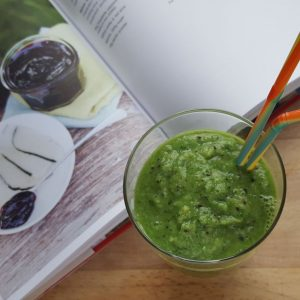 kale-banana-healthy-smoothie-in-the-glass